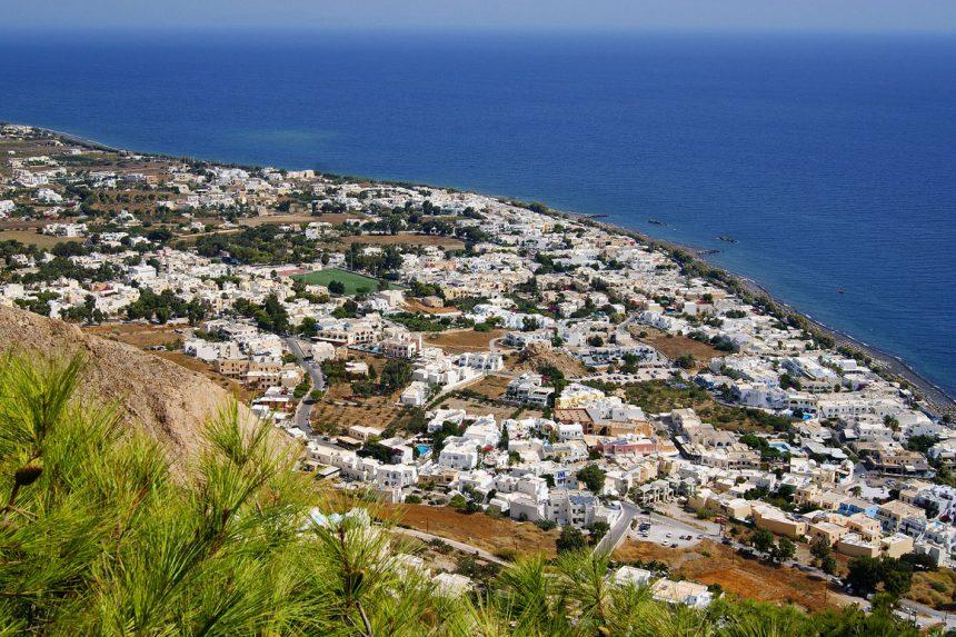 Вид на посёлок и одноимённый пляж Камари, остров Санторини