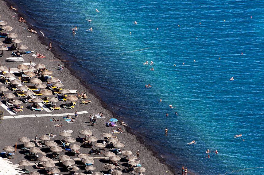 Чёрный вулканический песок на пляжах Санторини