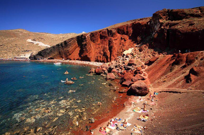 Вид на красный пляж с южной стороны