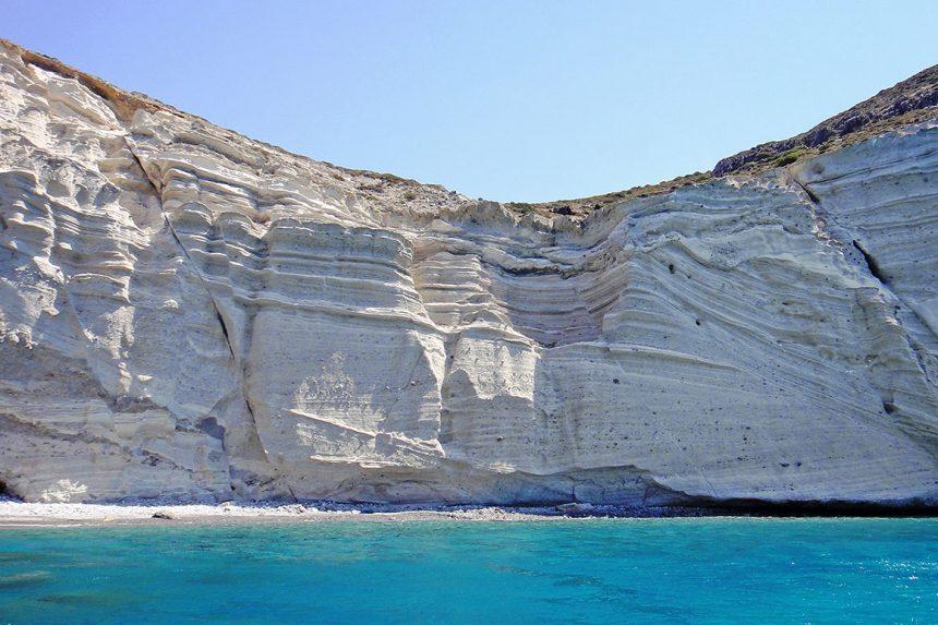 Скалистый берег в районе белого пляжа